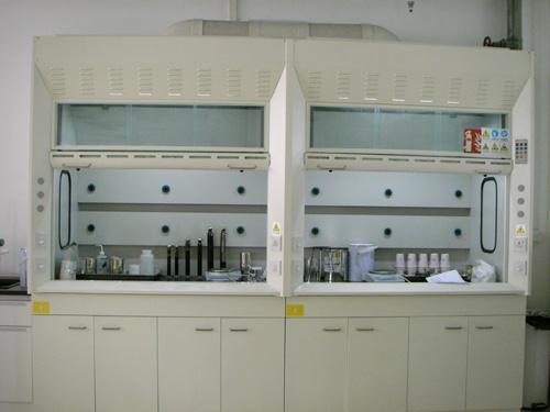 2,台面:本通风柜的台面选用耐强酸,强碱,防水,防腐蚀,耐刮,耐压,耐磨
